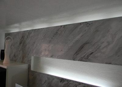 Spachteltechnik in Marmorimitation, auf Gipskartonplatte, als Vorgesetzte Wand mit indirekter Beleuchtung