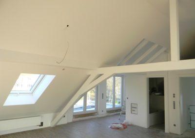Saarbrücken, Beplankung der Dachschrägen mit Gipskartonplatten, Fugen verspachtelt und weiß gestrichen