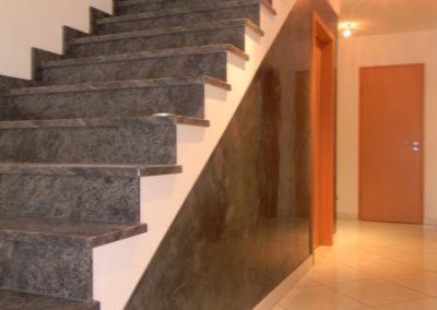 Starke, Ausdruckvolle Gestaltung der Treppenwangen/ Flurwand