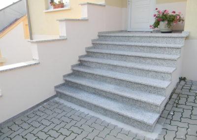 Treppe und Podest mit Granit- platten,  Bianco Sardo, Oberfläche geflammt, rutschhemmend