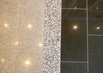 Ausstellungsraum, Übergang versch. Bödenbeläge mit Abschlusschienen und Natursteinteppich