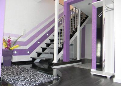 Linienspiel mit kräftigen Farben im Eingangsbereich