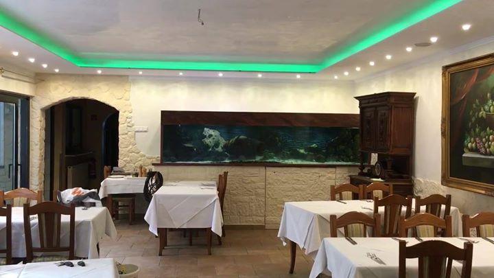 Decke mit Venezianischer Spachteltechnik, Umlaufender Deckenfries als angehängte Decke, Wände mit Glanz- Quarzlasur ( Sabulator) gestaltet und LED' Band mit