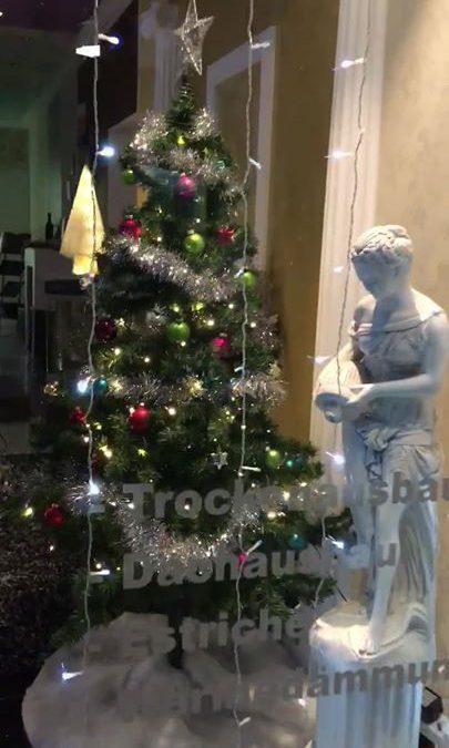 Passend zum Wetter und Jahreszeit werden mit viel Liebe unsere Geschäftsräume und Außenansichten weihnachtlich geschmückt .!!️️️